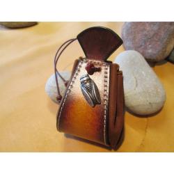 bourse en cuir marron motif cigale